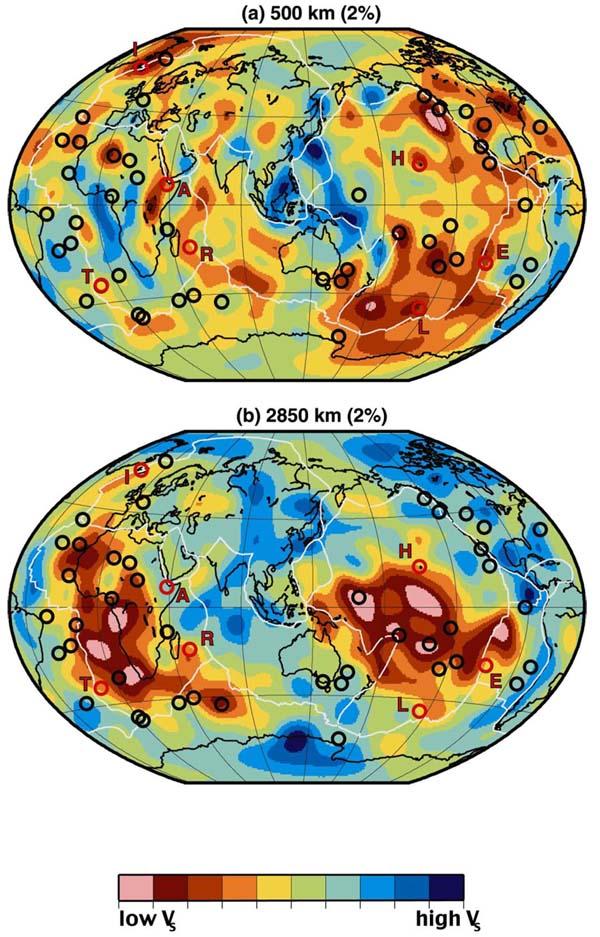Распределение 49 горячих точек (черные кружки), наложенное на томографические модели скоростей поперечных волн (VS) для глубин 500 км и 2850 км.