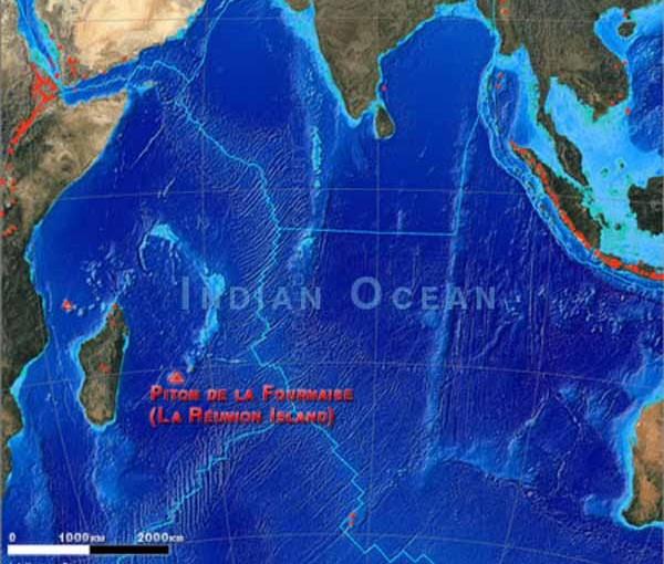 Карта острова Реюньон, подчеркнуто расположение вулкана Питон-де-ла-Фурнез. Реюнион находится восточнее острова Мадагаскар.